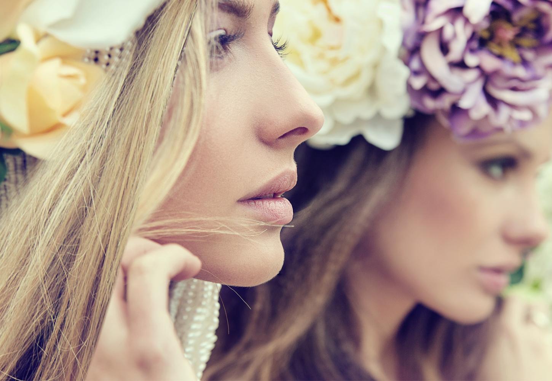 花冠の二人の女性の横顔