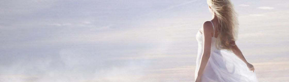 雲の上 後ろ姿の女性